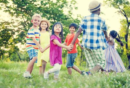 niños felices: Los niños que juegan en el parque Foto de archivo