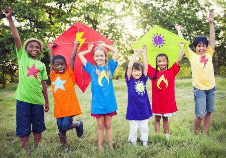 kinder spielen: Fliegende Superhelden Lizenzfreie Bilder
