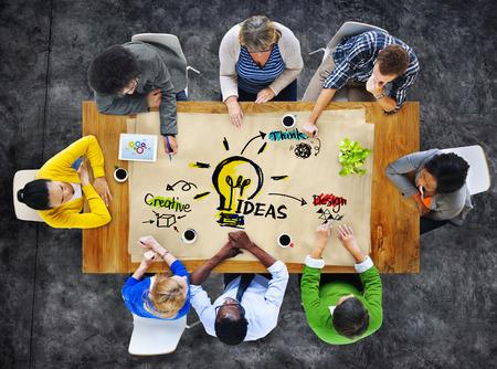 lluvia de ideas: Multi�tnico Grupo de personas Ideas Planificaci�n Foto de archivo