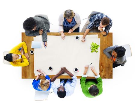 ležérní: Mnohonárodnostní skupina lidí při plnění