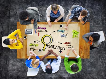 Multi-etnische groep van mensen in een vergadering en Research Concept
