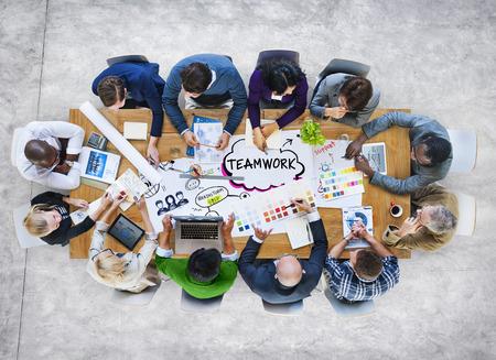多様な多民族のビジネス人々 のチームワークのグループ