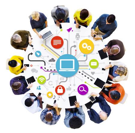 interaccion social: Personas Redes sociales multi�tnica alrededor de la mesa con sus dispositivos electr�nicos
