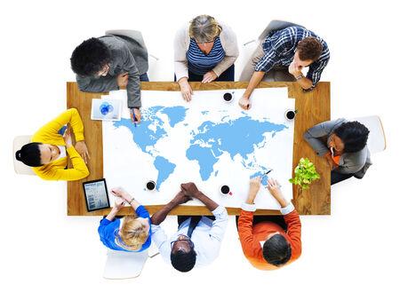 世界の問題を議論するビジネス人々 のグループ
