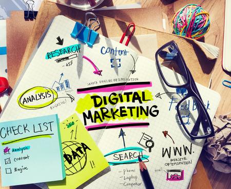 redes de mercadeo: Escritorio de oficina con las herramientas y notas sobre Marketing Digital
