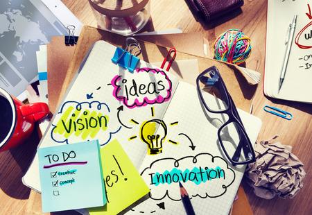 messy office: Scrivania sudicia con le Idee e Vision