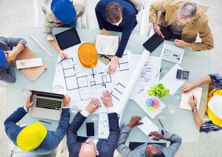 新しいプロジェクトの計画のエンジニアのグループ