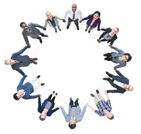 Vrolijke Zaken Mensen houden handen die een cirkel vormen Stockfoto