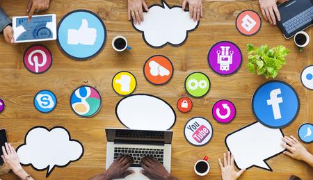 cafe internet: Gente multiétnicos Conexión con los medios sociales Foto de archivo