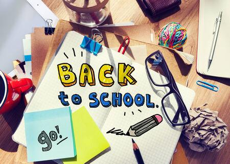 messy desk: Escritorio desordenado con Volver al concepto de escuela