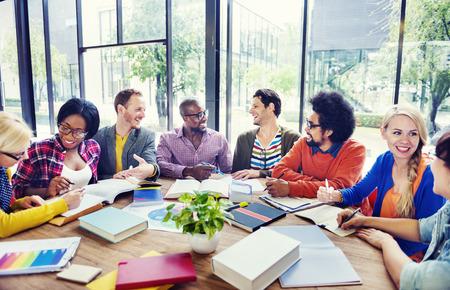 reunion de personas: Grupo multiétnico de personas que trabajan juntas Foto de archivo