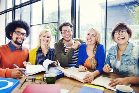 vysoká škola: Multi-etnická skupina lidí, kteří pracují společně