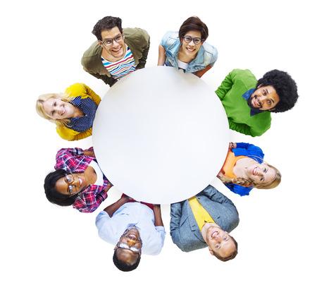 circulo de personas: El grupo de personas diversas que llevan un círculo blanco
