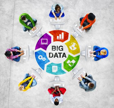 大きなデータの概念とコンピューターを使用して円の人々 写真素材