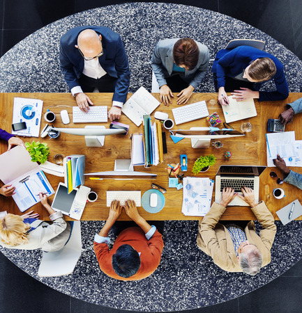 personas trabajando: Grupo de multi�tnicos gente ocupada trabajando en una oficina
