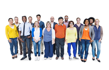 Groep gelukkige multi-etnische mensen die zich op een witte achtergrond