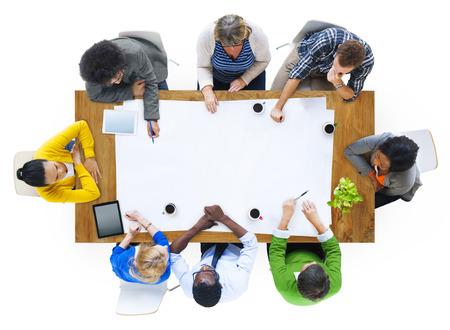Groupe de planification multiethnique Les gens sur un nouveau projet Banque d'images
