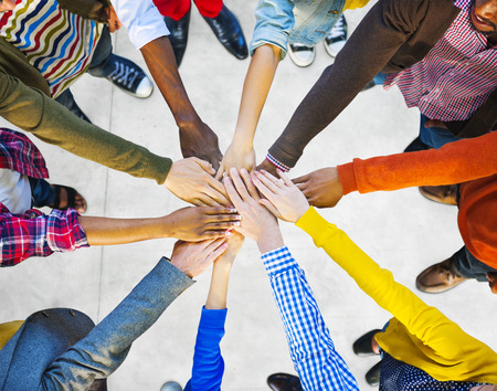 manos unidas: Grupo de diversa Multi�tnico Personas Trabajo en equipo Foto de archivo