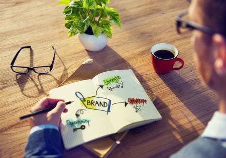 empresario: Empresario de lluvia de ideas acerca de la estrategia de marca
