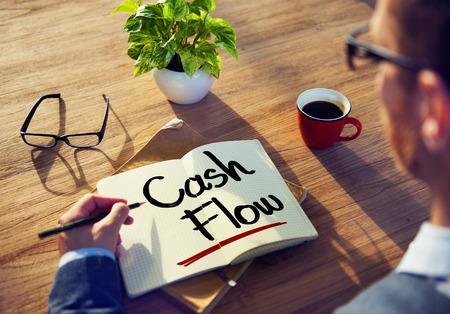 flujo de dinero: Hombre con una nota y Cash Flow Concept
