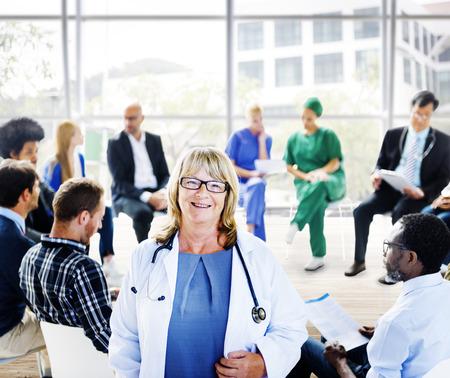 Pacjent: Kobieta Lekarz stoi przed grupę wsparcia Zdjęcie Seryjne