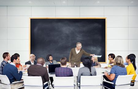 salon de clases: Grupo de estudiantes multi�tnicos de escucha al altavoz Foto de archivo
