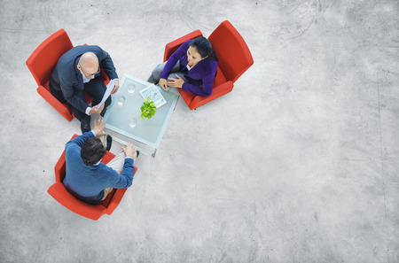 Affärsmän med en diskussion i en industribyggnad