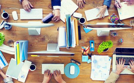tiếp thị: Nhóm các doanh nhân làm việc trên một bàn văn phòng