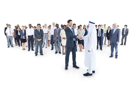 hombre arabe: Grupo Multi-ethnic del hombre de negocios tenía un acuerdo