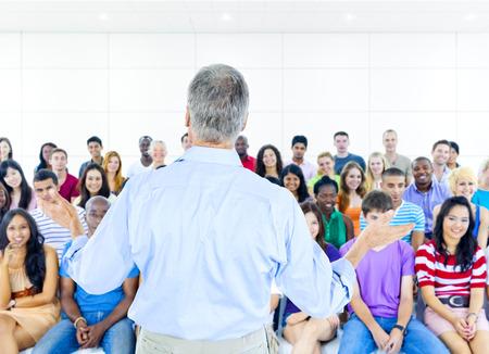 lenguaje corporal: Gran grupo de estudiantes en la sala de conferencias Foto de archivo