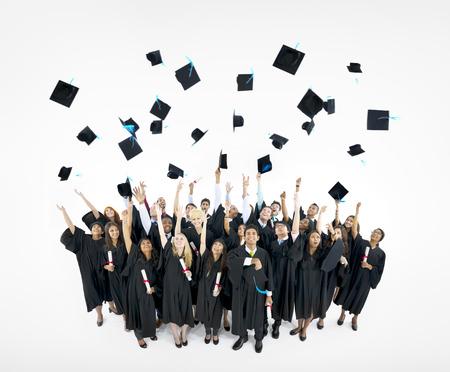 toga y birrete: Casquillos de la graduaci�n lanzados en el aire