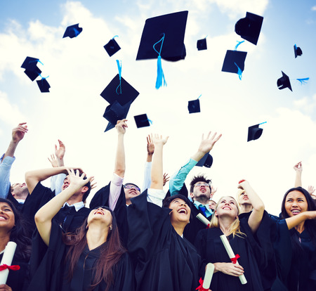 berretto: Tappi di laurea gettati in aria