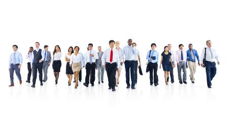 歩くビジネス人々 の大規模なグループ