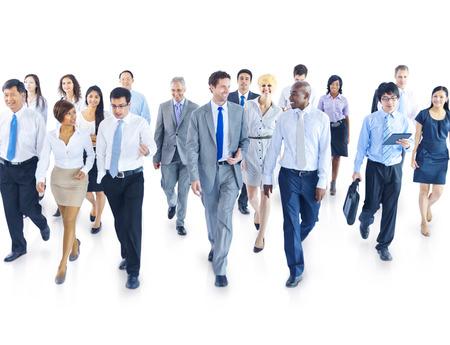 personas hablando: Hombres de negocios que recorren hacia c�mara