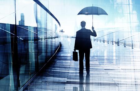 Depressieve zakenman Permanent terwijl een paraplu