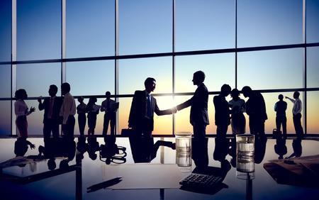 apreton de manos: Dos hombres de negocios Apret�n de manos junto con sus colegas