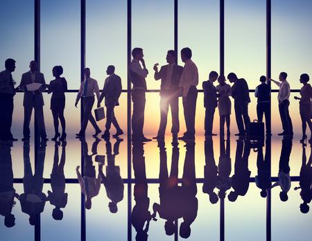menschen unterwegs: Gruppe Geschäftsleute arbeiten im Büro