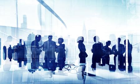 シルエットのビジネス人々 のグループでブレーンストーミング