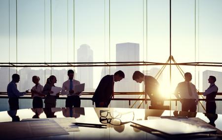 administracion de empresas: Grupo de hombres de negocios y hombres inclin�ndose refleja en la mesa con los documentos.