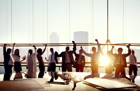 Groep van Business mensen met hun armen omhoog in Board Room