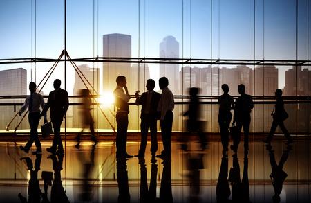 menschen unterwegs: Gruppe Geschäftsleute, die in Bürogebäude
