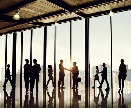 personas saludandose: Grupo de hombres de negocios en el edificio de oficinas