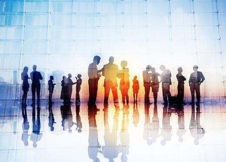 reuniones empresariales: Siluetas de hombres de negocios que discuten Aire libre