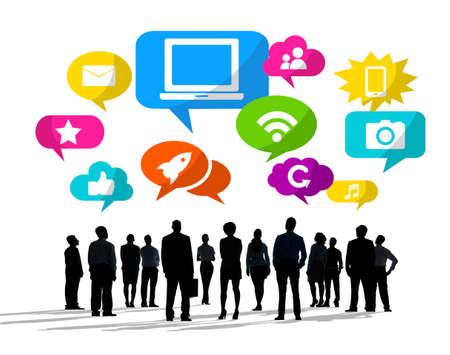 personas mirando: Siluetas de hombres de negocios mirando hacia arriba con los s�mbolos de medios sociales