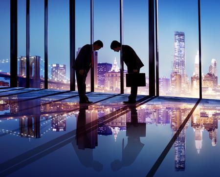 personas saludandose: Los hombres de negocios japoneses que han firmado acuerdos de negocios