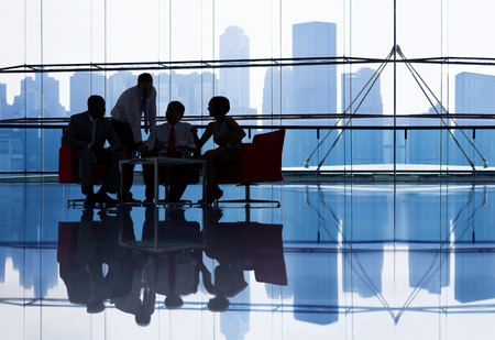 reunion de personas: Empresarios tiene reuni�n en la oficina moderna Foto de archivo