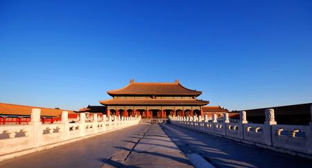 早朝の太陽の下で北京で魅惑的な紫禁城。