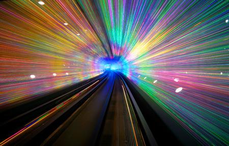 La exposición a largo de un túnel con una pantalla de luz en Shangai.