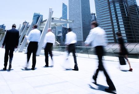 personas caminando: La gente de negocios en movimiento.