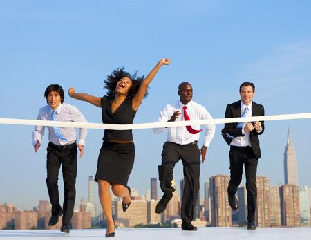 Mulher de negócio que ganha uma competição. Imagens